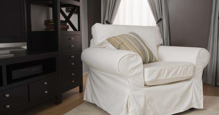 Haz tú misma fundas para muebles. Las fundas son cualquier tipo de cobertor que se coloca sobre un mueble tapizado. Puedes quitarlas y lavarlas fácilmente para mantenerlas limpias. Se pueden hacer fundas para sillas, sofás, taburetes, mesas y camas. Se usan para ocultar marcas en el mueble original. Un sofá puede estar manchado o roto, una silla puede estar desgastada y pasada de ...