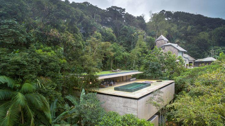 Ein Feriendomizil, das aus übereinander gestapelten Beton- und Holzklötzen besteht, die sich inmitten des tropischen Dschungels auf einer Insel südlich der Metropole São Paulo auftürmen: Für ein solches Projekt kommen nur der brasilianische Architekt Marcio Kogan und sein Büro MK27 in Frage. Sie haben sich in den letzten Jahren einen Ruf als Spezialisten für exklusive Wohnskulpturen gemacht, die der Brasilianischen Moderne neues Leben einhauchen.