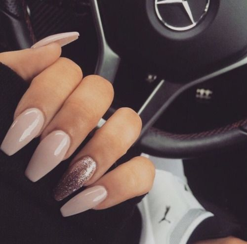 Beautiful nude nails.  Pinterest: @framboesablog