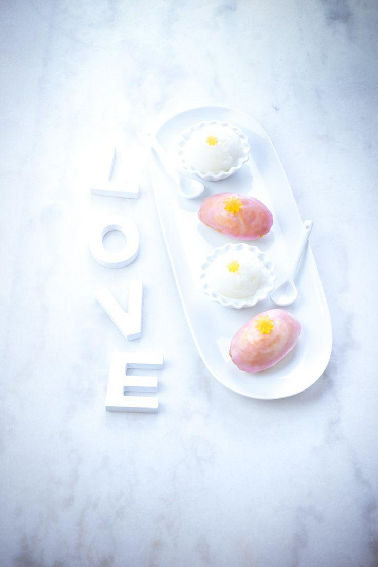 madeleine et glaçage roses au sucre glace accompagnés de glaces framboise ou coco, simple et efficace pour lui dire que vous l'aimer      .. photographie professionnelle, photographe culinaire, Marielys Lorthios  http://www.marielys-lorthios.com/