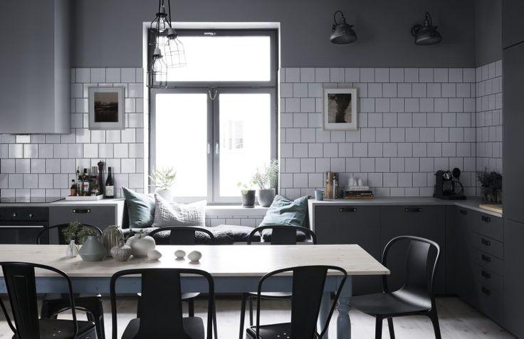 Arkitektparet Katarina Bukowska och Andreas Part renoverade efter konstens alla regler. Kombinationen av industriellt och sekelskifte fick åter fram lägenhetens själ.