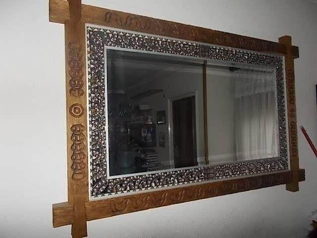 Espejo  fabricado en el año 1929,restaurado.. El marco es de madera de castaño avejentada, con una greca con motivos celtas en todo su contorno. y mide 150cm de largo por 95cm de ancho siendo cada brazo del mismo de 8cm de ancho por 6cm de grueso. El espejo del año 1929 lleva en todo su alrededor un mosaico hecho con .500pequeñas piezas de cristal artistico de color marfil y pardo con incrustaciones de espejo. Todas las teselas de este mosaico.. .   Su precio es de 1.750€...precio negociable