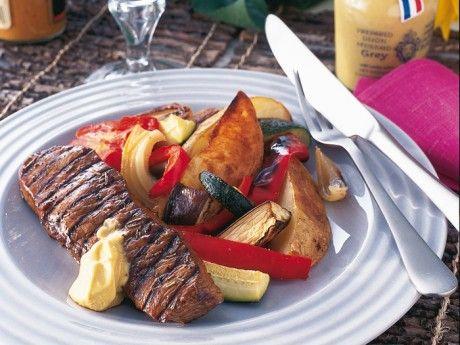 Grillat kött, ugnsbakade grönsaker och grillolja Receptbild - Allt om Mat