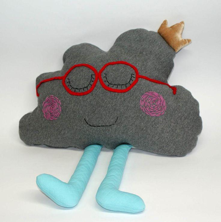 Poduszka chmurka z nóżkami – Karolcia. Wymiary: ok 33x50cm. Ręcznie wykonane. Materiał: 100% bawełna.