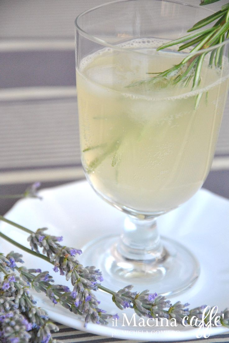 Limonata al miele, lavanda e rosmarino - Lemonade with honey, lavender and rosemary http://ilmacinacaffe.blogspot.it/2013/07/limonata-al-miele-lavanda-e-rosmarino.html