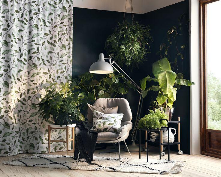 En textil behöver inte nödvändigtvis hänga i ett fönster. Släpp in ljuset och skapa en oas inomhus i väntan på grönskan utomhus. Här pryder Cecilia en vägg.