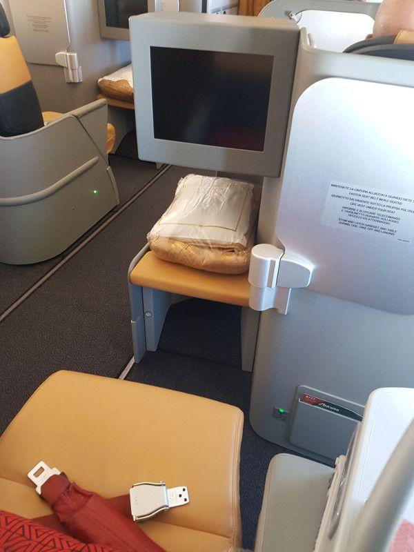 Der Alitalia Business Class Sitz kommt vom Partner Etihad, das IFE leider aus dem letzten Jahrhundert, aber der gute Service direkt aus dem geliebten italienischen Ristorante. #alitalia #businessclass #airline #review #B777 #rome #tokyo
