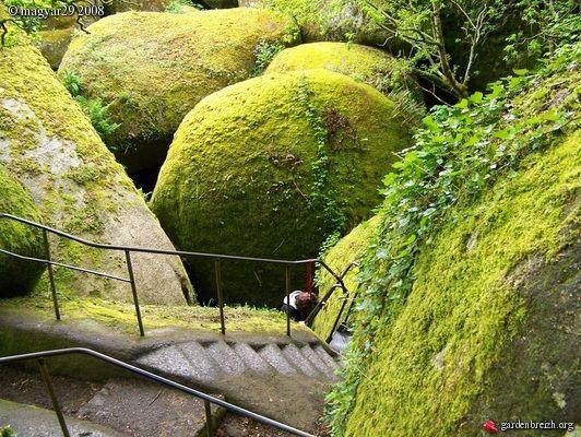 Descente de la Grotte du Diable / Forêt d'Huelgoat. Finistère, Bretagne. elle mérite bien son nom, c'est une descente dangeureuse.