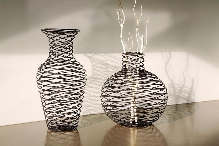 LOLA Dekoratif Vazoİster içine beğeninize göre bir şeyler yerleştirerek kullanın isterseniz sade bir şekilde dekoratif amaçlı evinizin en güzel köşelerinden birinde ona yer açın. http://www.qtoo.com.tr/lola-dekoratif-vazo