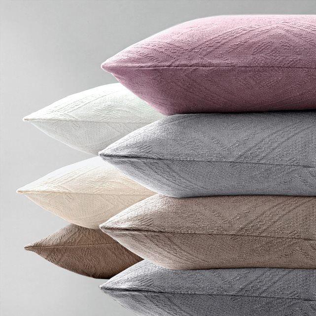 Housse de coussin ou d'oreiller réalisée dans un superbe piqué de coton jacquard motif losanges, qualité lourde (380 g/m²). Caractéristiques de cette housse coussin ou oreiller :- Forme portefeuille.- Dimensions : 65 x 65 cm.- Housse de coussin ou d'oreiller lavable à 40°.