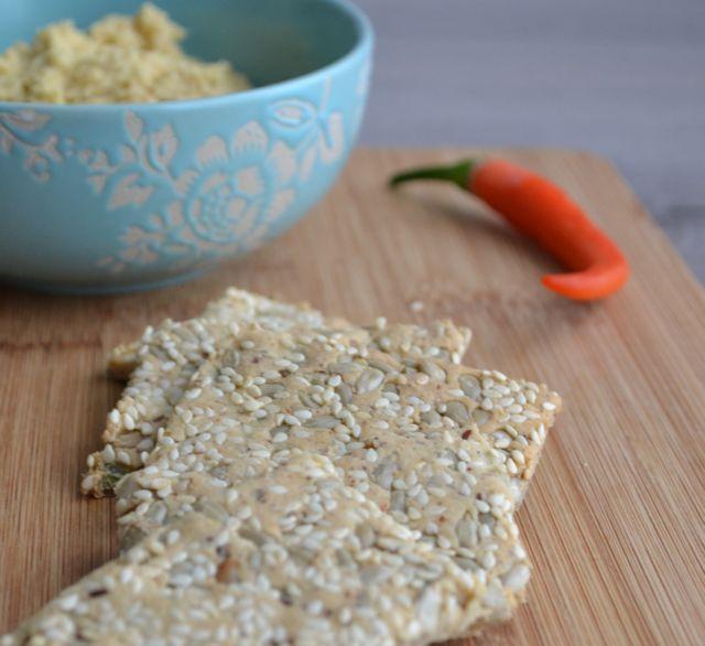 Deze lijnzaad & amandelmeel crackers zijn super lekker, veganistisch en glutenvrij. Met zaden (en komijnkruiden!), krijgen ze extra smaak!