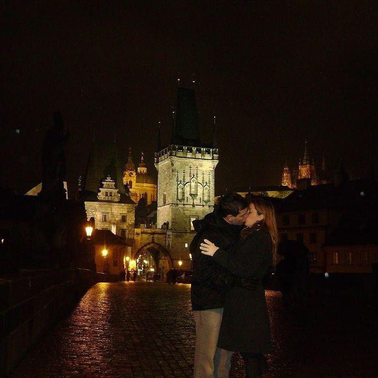 Bem vindos a junho o mês dos namorados do friozinho no hemisfério sul das festas juninas e de muita comida engordativa!  Durante esta e a próxima semana postaremos algumas dicas de lugares românticos para curtir a dois.  Para abrir a série uma cidade totalmente apaixonante: Praga e o seu extenso patrimônio arquitetônico!  Marque e homenageie você também o seu amor!  #serienamorados #mesdosnamorados #junho #pegadasnaestrada #love #praga #republicatcheca #amor #aquelasuaviagem #missaovt…