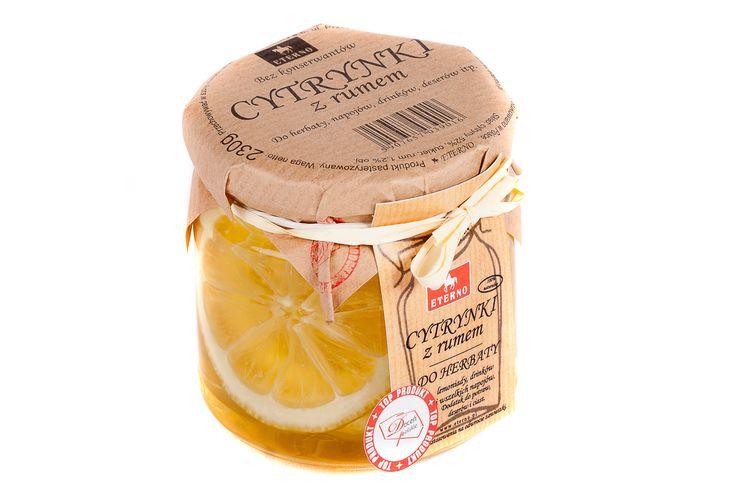 Cytrynki z Rumem Do herbaty, napojów i deserów. Od tych cytrynek rozpoczęła się historia naszej firmy. Ulubiony dodatek herbaciarzy, od lat towarzyszył naszej rodzinie, a smakiem zaraziliśmy przyjaciół i znajomych, którzy utwierdzili nas w przekonaniu, że tym rarytasem musimy podzielić się z innymi. Tak więc jako pierwsi na rynku wprowadziliśmy tak oryginalny smak i długo przebijaliśmy się przez nudne dżemy i marmolady, żeby dotrzeć do koneserów, którzy dziś nie mogą się obyć bez cytrynek.
