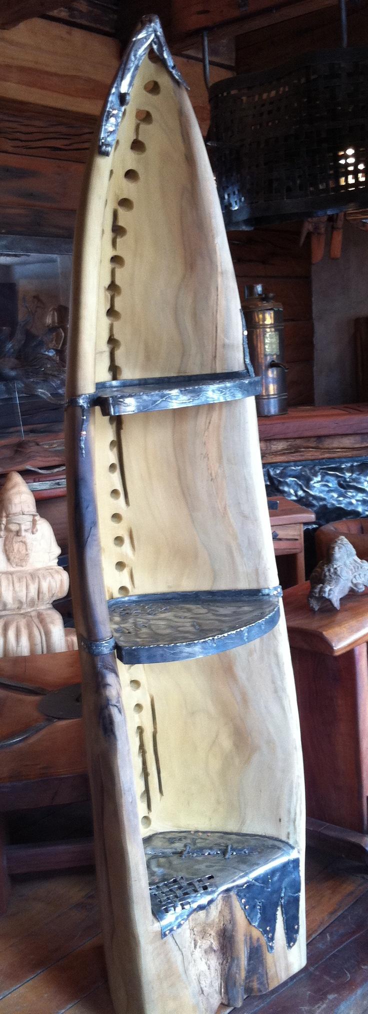Repisa esquinera con forma de canoa de laurel de una sola pieza con perforaciones y repisas de fierro forjado reciclado con detalles de clavos de cobre  www.facebook.com/nativoredwoodsa
