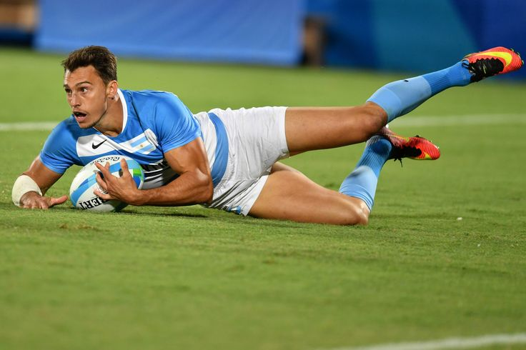 Argentina's Juan Imhoff scores a try in the mens rugby sevens match between New Zealand and Argentina during the Rio 2016 Olympic Games at Deodoro Stadium in Rio de Janeiro on August 11, 2016. / AFP / Pascal GUYOT
