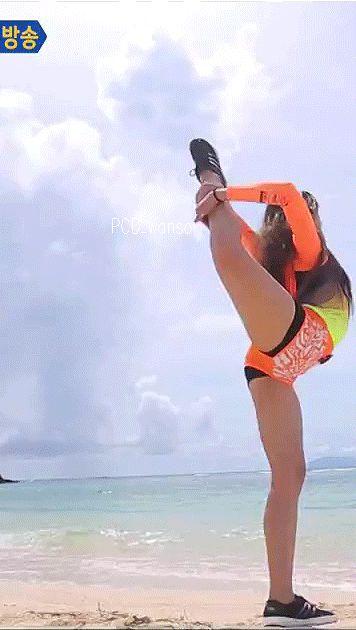 [Cosmic girls CHENG XIAO] flexibility training   Cosmic Girls