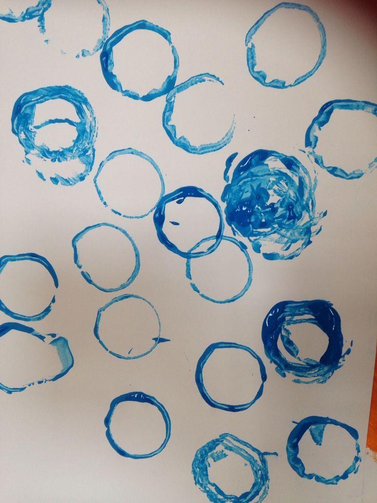 Zeepbellen stempelen - keukenrollen - verf Thema zeep/ schuim