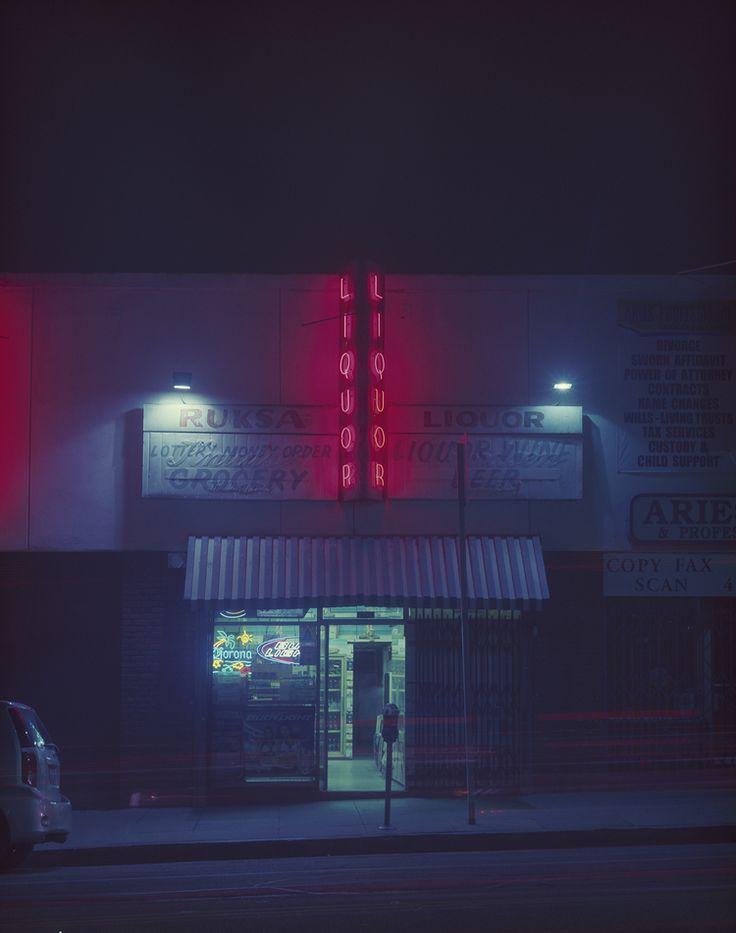 Fascinée par les enseignes néon qui faiblissent, et l'ambiance glauque qu'elles génèrent, une photographe parcourt la nuit pour les photographier.