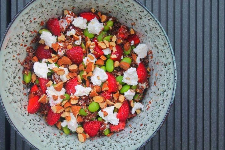 Quinoasalat med jordbær, edamame, feta og ristede mandler