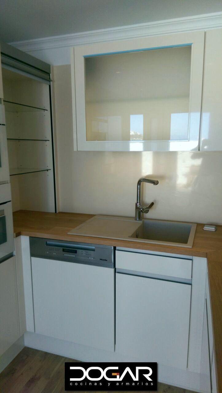 Zona de fregadero con vitrina en rinc n y muebles altos for Muebles altos de cocina