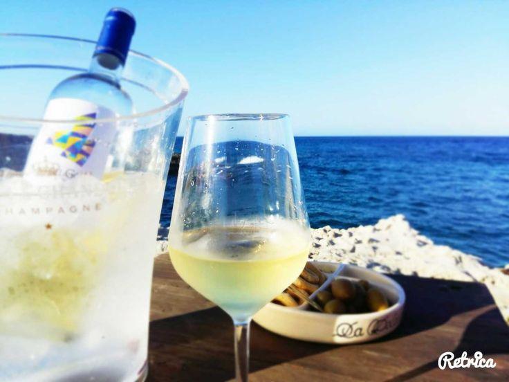 A vedere il #mare e gustare una buona bottiglia di #vinobianco del #Salento, visita un'enoteca, clicca su http://www.salentoviaggi.it/esercizi-commerciali/enoteche-salento.htm