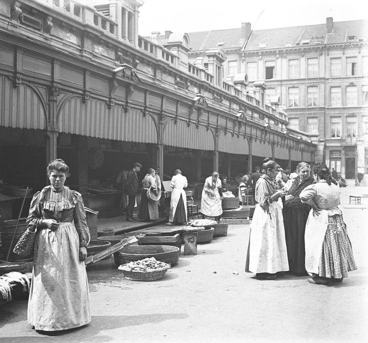 Binnenzicht in de nieuwe vismarkt aan de Scheldestraat.1900.