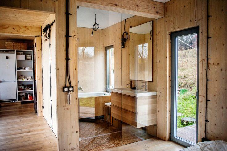 łazienka, z wanny piękny widok na sarny i na okno w sypialni, akurat na wysokości oczu osoby bioracej kąpiel