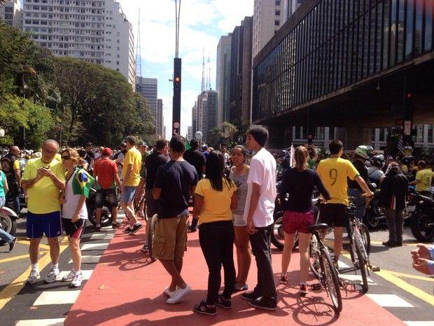 SÃO PAULO: Os manifestantes bloqueiam agora os dois sentidos da Avenida Paulista na altura do Masp. (Foto: Gabriela Gonçalves/G1)