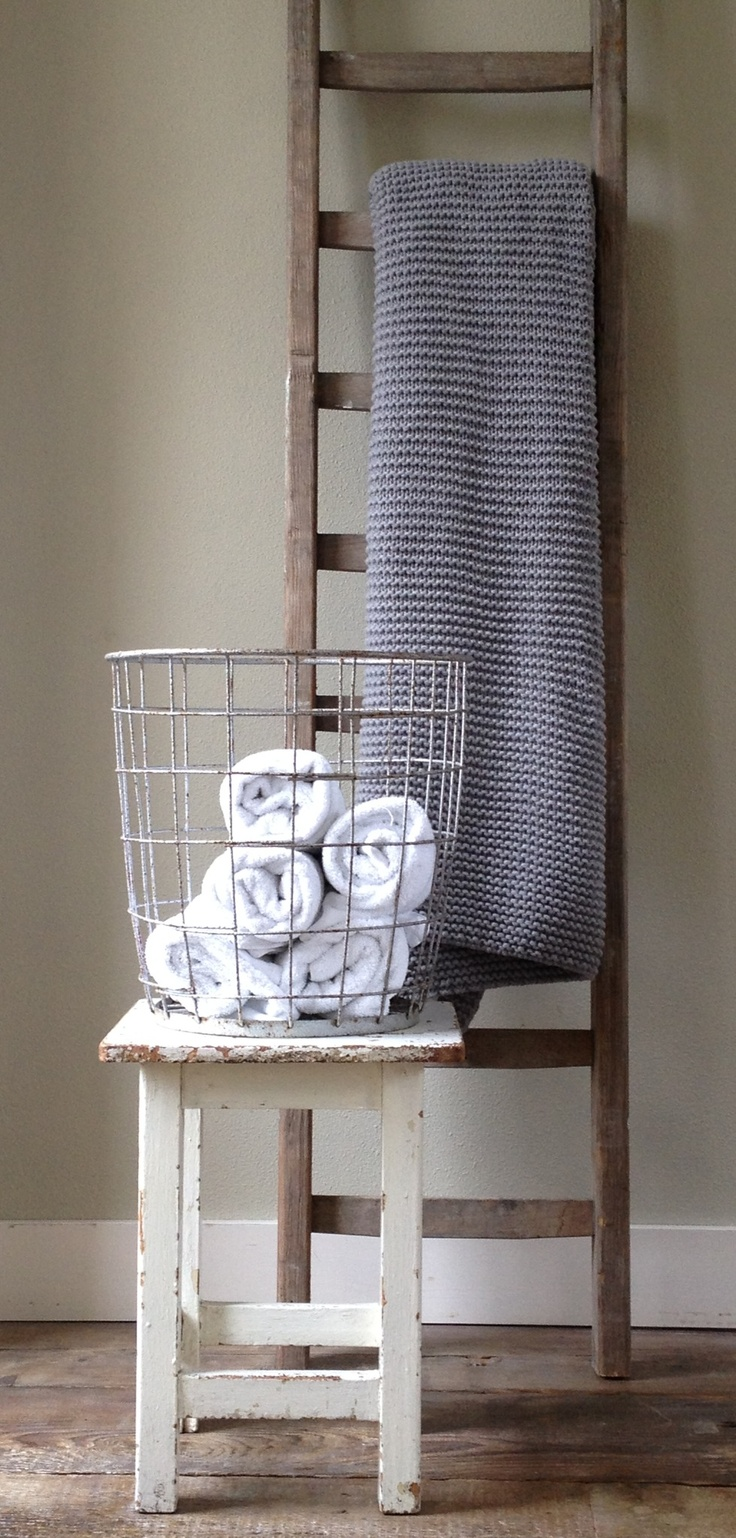 ROOZES interieurontwerp-advies-styling.  Stoere vergrijsde ladder, oud wit krukje, draadmand voor de handdoeken! Devon plaid House in Style
