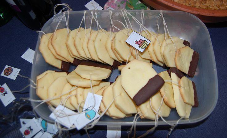 questi biscotti sono bellissimi!!!! immagino una serata a casa mia (mandando via il mio ragazzo) sola con le amiche + fidate!! a bere thè, cianare sui nostri boys e mangiare questi biscottini!! che bellezza!! tutte impigiamate sai!!! stile pigiama party adulto!! ;-)