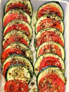 Abobrinha no forno com tomate e ervas.