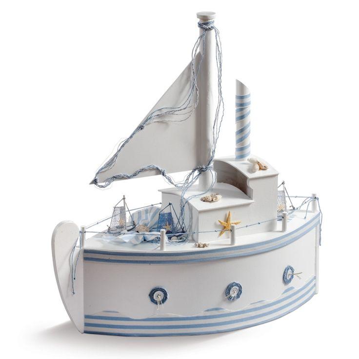 Το Καράβι Κουτί Βάπτισης είναι μία ξύλινη επιλογή κουτιού για την μεταφορά των βαπτιστικών στην εκκλησία. Αν το θέμα σας είναι ναυτικό, θα στολίσει πολύ όμορφα την βάπτιση του παιδιού και αργότερα το δωμάτιο του σαν παιχνιδόκουτο. Μεγάλο κουτί, χειροποίητα στολισμένο
