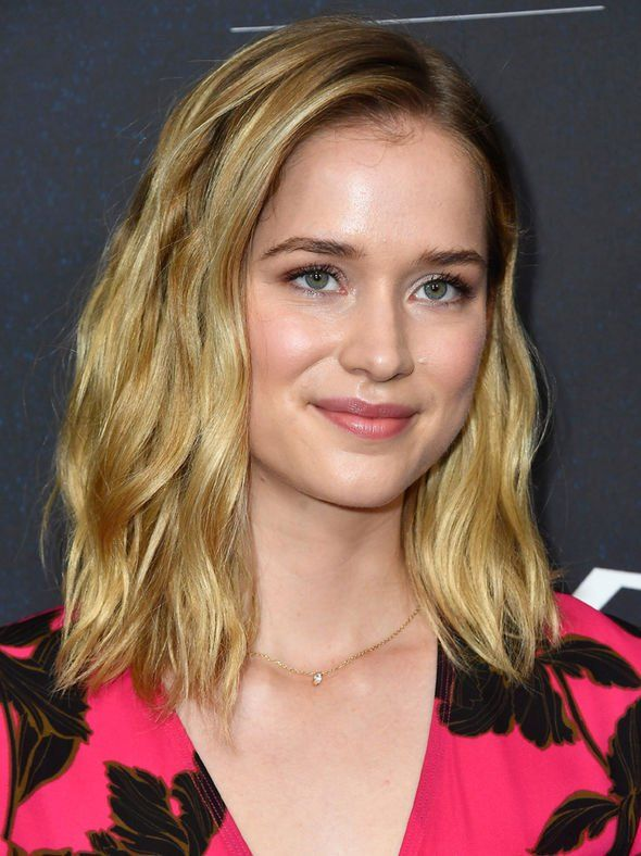 You on Netflix cast Who is Elizabeth Lail Who plays Beck  wellcoifed  Elizabeth lail