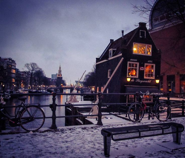 Una casita inclinada de Amsterdam, the Netherlands.  #winter #Amsterdam #thenetherlands #paysbas #paisesbajos #holanda #holland #canal #snow #casainclinada #leaninghouse #sundown #cityscape #UrbanPhotography #Street #travelthenetherlands #exploreamsterdam #amsterdamcanals #gracht #beautifulamsterdam #iamsterdam #igtravel #travelgram #ig_worldclub #littleoldhouse #quaint #cold #europe #traveleurope #natgeotravel