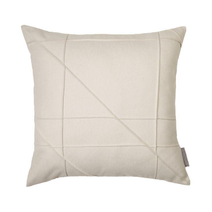 Zacht aanvoelend #kussen Geometric in licht beige met geometrische dubbel gestikte lijnen aan de voorkant.  45 x 45 cm €22,95 #cushion
