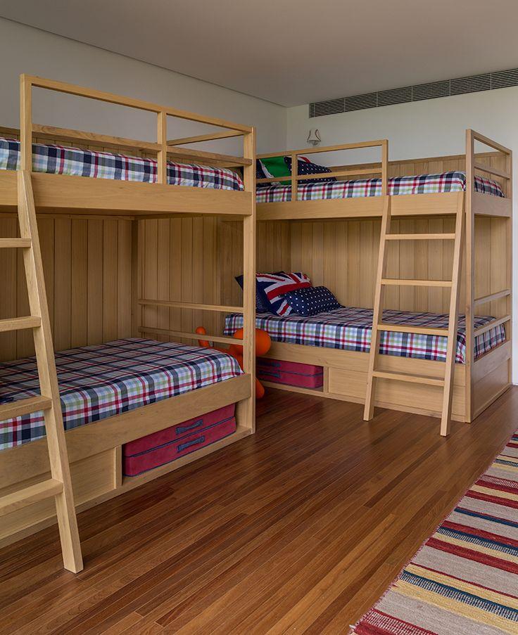 Uma casa de campo com um quarto para hospedar os meninos, nessas simpáticas e exclusivas beliches.Projeto da decoradora Marina Linhares, já é um convite a diversão. Já dá até para imaginar a criançada se divertindo noite adentro....