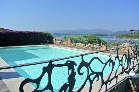 Villa Janine  Mooie villa op slechts 100 meter van het witte zandstrand. Gelegen in het gebied van Capo Coda Cavallo een van de meest betoverende plek van Sardinië. Ondergedompeld in de mediterrane dennenbos. Smaakvol ingericht in mediterrane stijl in de schaduw van wit.Ingericht met alle faciliteiten om te verblijven met alle comfort. Volledige privacy en rustig.Deze locatie is ideaal voor de elite reizen. De nabijheid van de zee de tuin en het zwembad maken het ideaal voor gezinnen en…