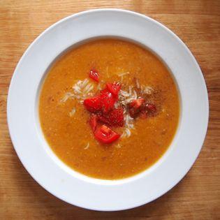 Liebe Rote Linsen-Fans: Bitte unbedingt ausprobieren. Die aromatisch tiefsinnige Suppe mit Piment und Paprikapulver, angereichert …