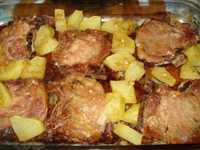 Bisteca de Porco com Molho de Abacaxi: 4 bistecas de porco 1 batata grande sem casca e cortada em quadradinhos  Para o molho (e marinada) ½ xícara de suco de abacaxi fresco ¼ de cebola ralada ou picada bem pequena 3 dentes de alho amassados 2 colheres de chá de açúcar (de preferência mascavo) 3 colheres de sopa de molho de ostra 3 colheres de sopa de azeite 1 colher de chá de pimenta moída Sal a gosto