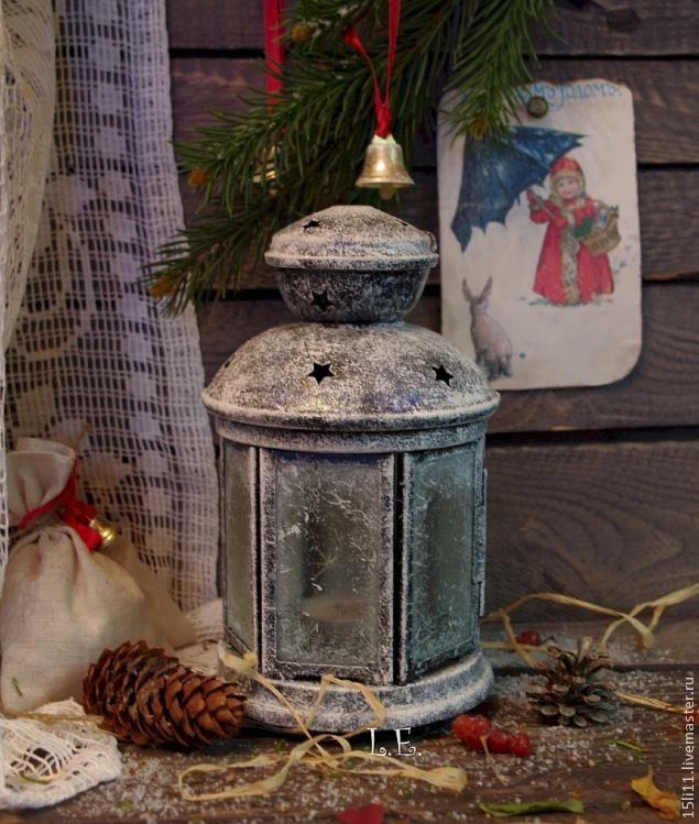 Это небольшой и довольно простой МК по новогоднему декору. Для работы понадобятся: лак акриловый 'Морозный эффект', витражная краска с блёстками, микроблёстки 'мерцающие серебро', моделирующая гель-паста прозрачная и 'Хамелеон' синяя, белая краска, нитки с длинным ворсом, кисти, губки и т.д. Обезжирить заготовку с помощью водки (спирта) и ватного диска На тарелку выложить лак 'Морозный эффект' С…
