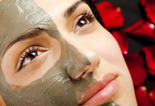 Σέξι θεά με την τέλεια μάσκα αργίλου για σένα