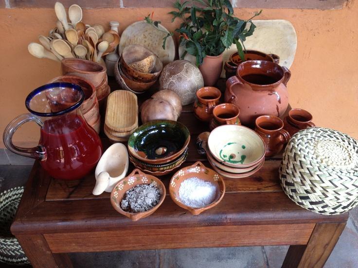 Mesa de utensilios lista madera canastos tejido de for Lista utensilios para bano