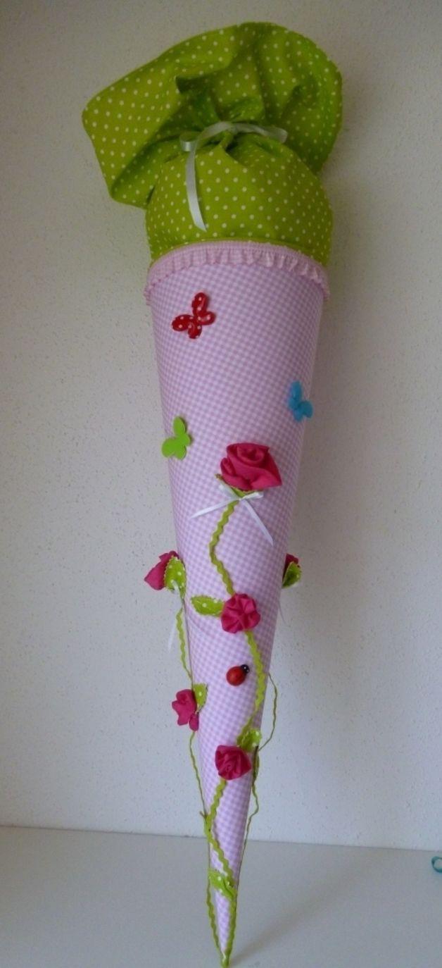 Eine  in liebevoller Handarbeit gefertigte, traumhaft schöne Schultüte aus wunderschönem  Baumwollstoff. Die Schultüte hat ein Innenteil aus Pappe (70 cm), ca. 1 m lang incl. des Stoffverschlusses...