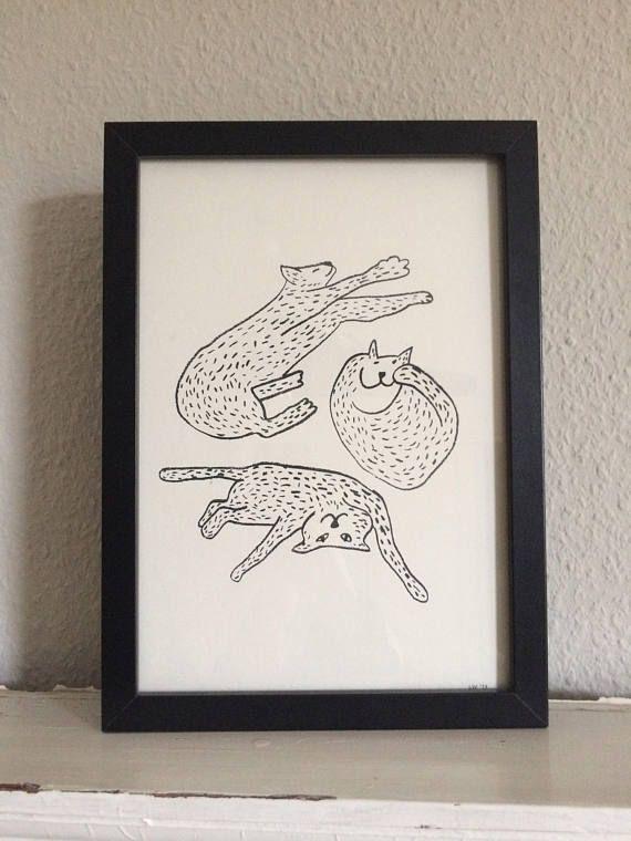 Katzenknäuel Die Zeichnung kommt gedruckt auf schönem, leicht cremigen 300g Karton in A4 mit Signatur. Da es sich um Handarbeit handelt, können die Maße leicht abweichen. Das Bild kommt ohne Rahmen.