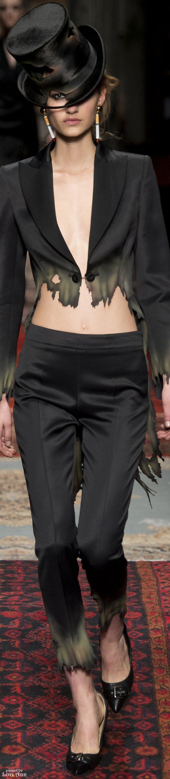 Moschino Fall 2016 RTW - This one leaves me with a burning desire to shop elsewhere.