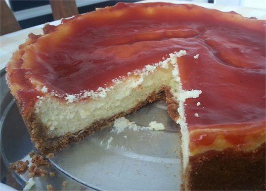 Cheesecake de goiabada pode ser considerada uma maravilha gastronômica! Pode fazer em casa porque não dura um dia!! - Aprenda a preparar essa maravilhosa receita de Cheesecake de goiabada