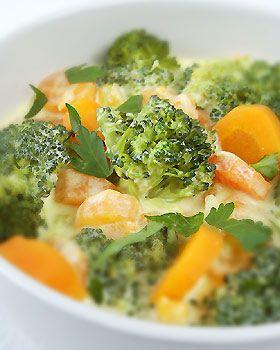 Brokuły w śmietanie z marchewką : Łatwa w przygotowaniu jarzynka. Dodatek curry sprawiam, iż ma niecodzienny,...