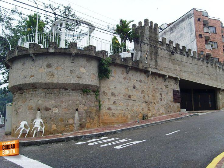 Este castillo es emblemático en Bucaramanga, queda en Altos de Pan de Azucar y es todo un enigma.... Gracias Eduardo Nigrinis (https://www.facebook.com/eduardo.nigrinisromero) por compartir esta foto.
