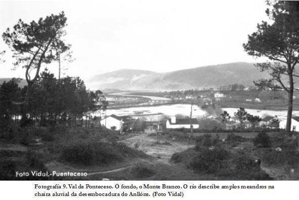 A Trabe dende o alto da feira ao fondo Ponteceso, co xungal e sempre o Monte Branco dando a súa protección. A primeira casa a esquerda é a de Don Angel Mato, o veterinario de Mato, a da dereita a Casa das Luisas, hoxe casa rural.