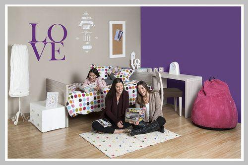 AMBIENTE NIÑA LOVE Un excelente ambiente para adecuar espacios pequeños en donde se necesita un lugar de estudio. La cama tiene como espaldar el escritorio formando una L para posicionar la silla. Su diseño minimalista es perfecto para agrandar el espacio y de esta manera poder decorarlo con objetos funcionales como un nido, ideal para las visitas. Sus accesorios son una mezcla del modernismo femenino en donde formas geométricas se complementan con la lámpara de piso estilo vintage.